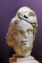 Tête couronnée provenant du mur de scène des arènes de Lutèce
